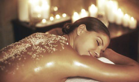 talassoterapia, acqua di mare, sali marini, relax, donna, benessere, salute, trattamento, candele