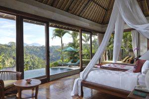 Camera del ROyal Pita Maha resort di lusso con vista sulla piscina e sulla natura di Ubud, Bali, Indonesia.