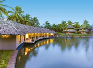 Vista delle camere affacciate alla laguna del Coco Lagoon a Pollachi, India.
