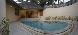 Vista della piscina del Coco Lagoon a Pollachi in India.