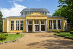 Facciata e giardino di un hotel in Repubblica Ceca