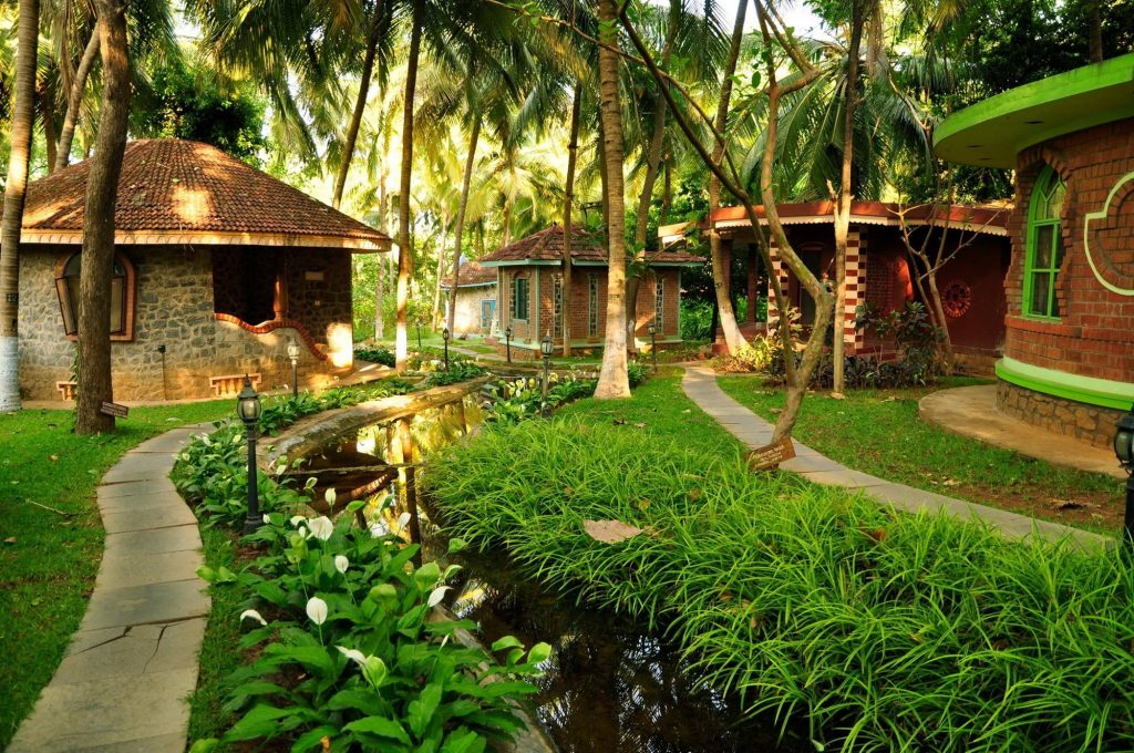 Camere nel giardino con fiume del Kairali Ayurveda Resort in Kodumbu/Palakkad nel Kerala