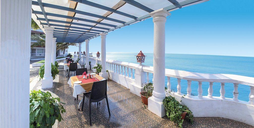 Beach Resort a Kannur in Kerala con sala da pranzo esterna sul mare
