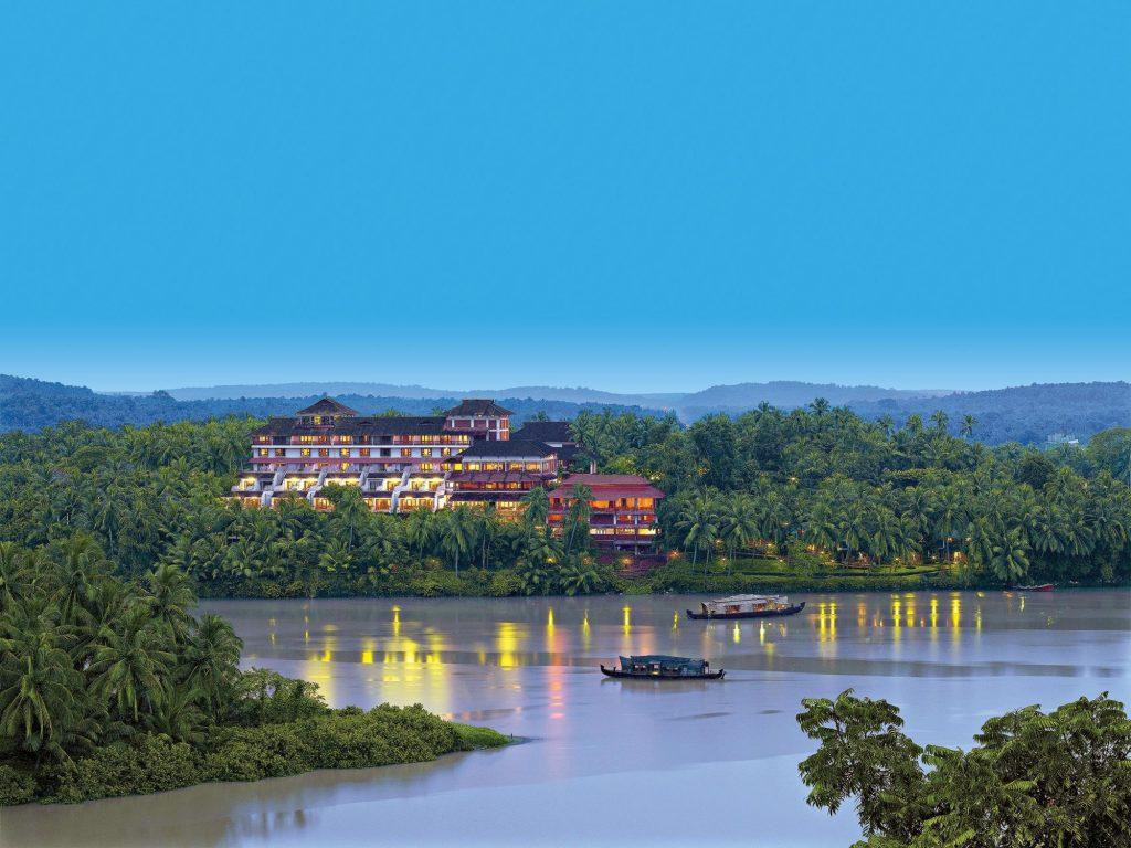 Vista del Raviz Resort & Spa Kadavu a Kozhikode in Kerala sul fiume Chaliyar e immerso nella natura.
