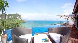 Vista sulla piscina e sul mare con monte sullo sfondo, Paradise Koh Yao Resort sull'isola di Koh Yao Noi in Thailandia.
