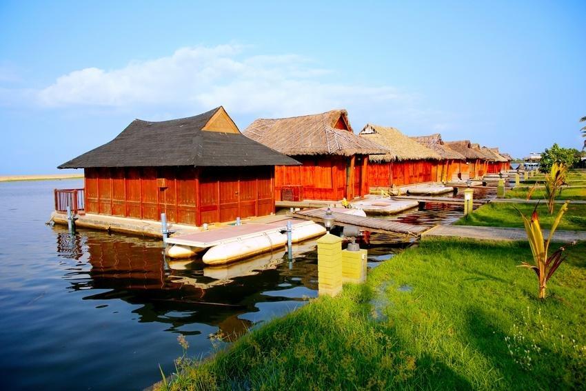Cottage galleggianti in stile tradizionale del Kerala costruiti sulle Backwaters.
