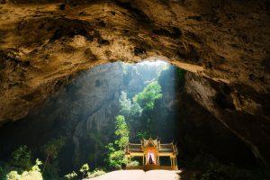 Tempio buddista thailandese incastonato in una roccia