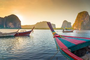 Vista del mare thailandese con vista in primo piano