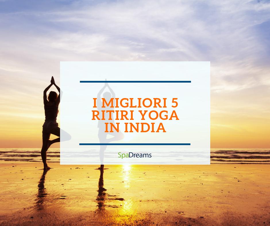 Due persone fanno yoga sulla spiaggia