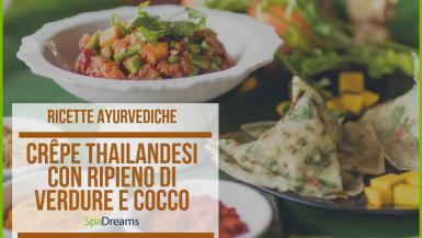 Piatto con crepe thailandesi ripiene di verdure e cocco