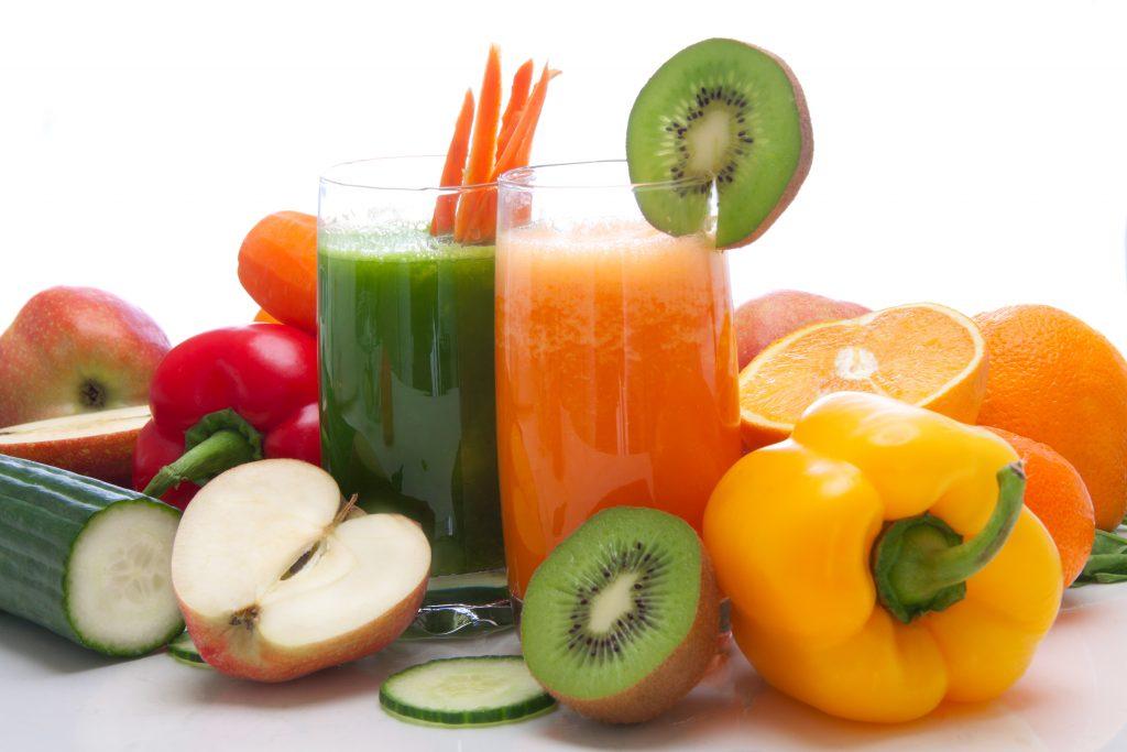 Immagine di succhi di frutta e verdura, con peperoni, kiwi, mela, cetriolo, arancia, carota