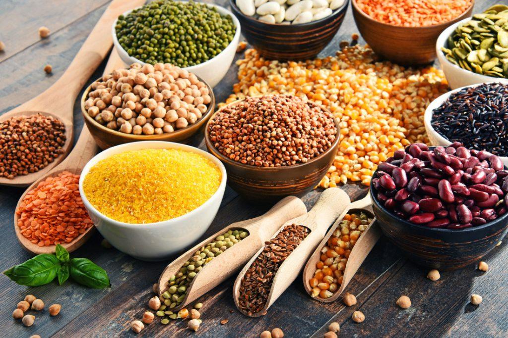 Legumi di vario tipo in ciotole colorate, lenticchie, fagioli, piselli multicolore