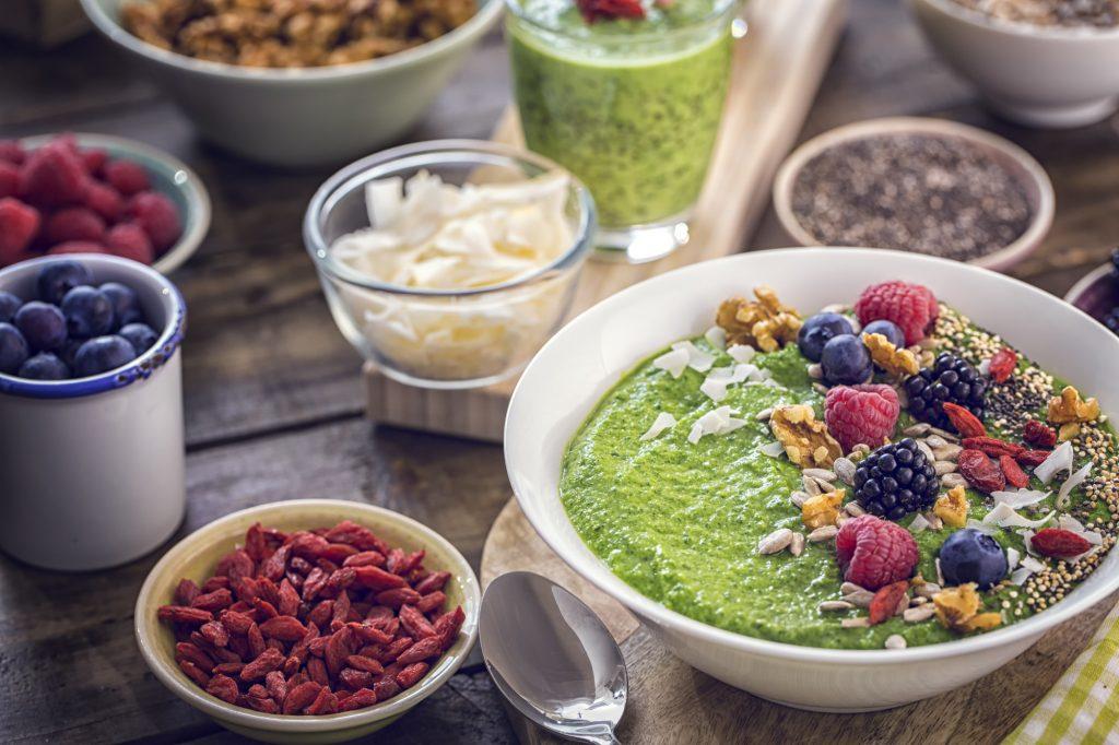 bowl salutare con mirtilli, semi, cocco a pezzetti, lamponi, frutta secca